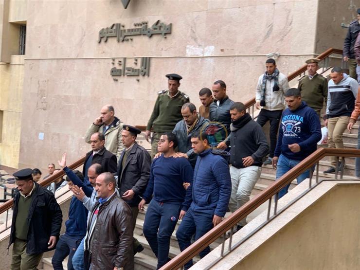 راجح يشير بيده لحظة خروجه من محكمة شبين الكوم- صورة