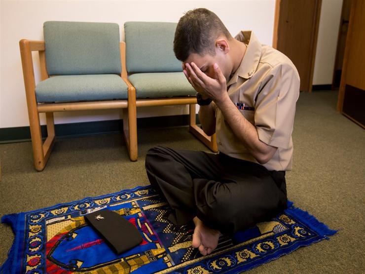 يلتزم بالصلاة والأذكار وقراءة القرآن.. فهل يؤثر فيه السحر أو الحسد؟.. أمين الفتوى يرد