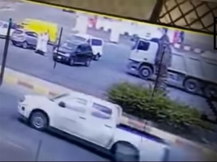 """مقطع لرجل يدهس زوجته يتصدر """"ترند تويتر"""" في السعودية (فيديو)"""