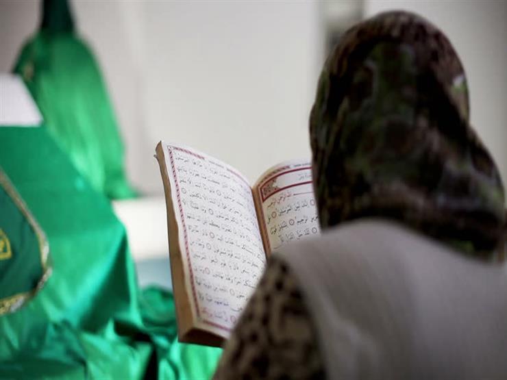 هل يجوز أن أقرأ القرآن بحائل في فترة الحيض؟.. جمعة يجيب