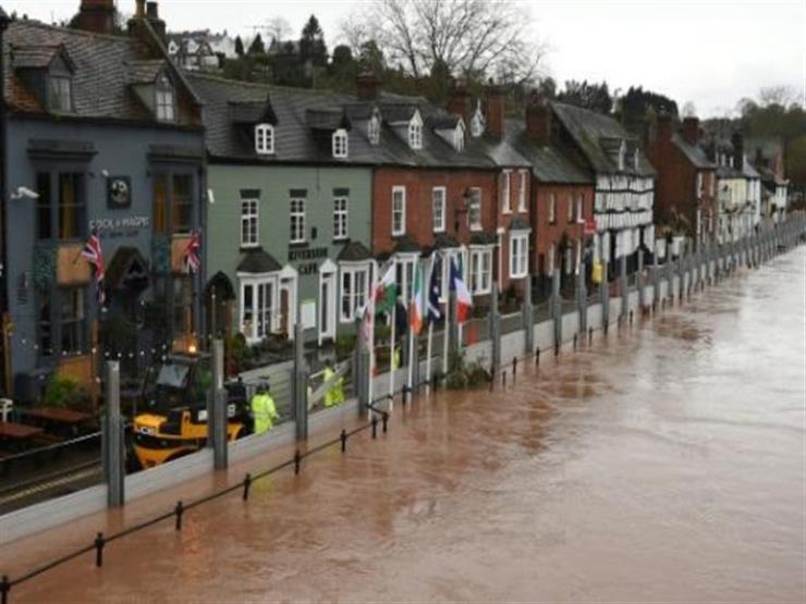 """العاصفة دينيس تضرب بريطانيا وتحذير من """"خطر الموت"""""""