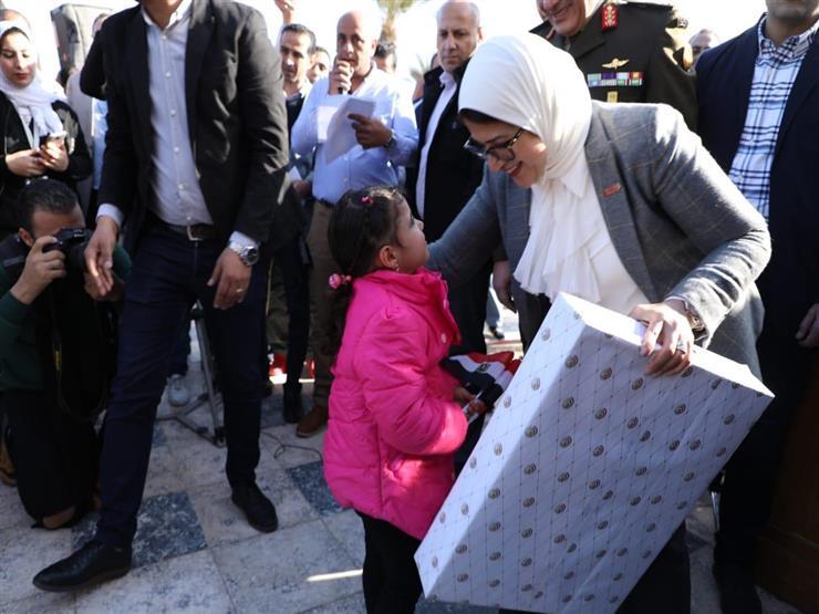 وزيرة الصحة توزع هدايا على الأطفال قبل مغادرتهم حجر مطروح