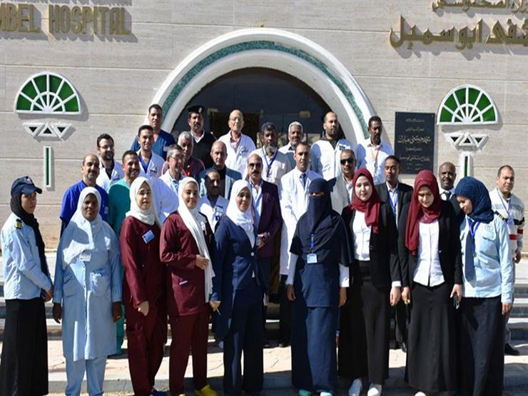 محافظ أسوان يستقبل السائحين بمطار أبو سمبل