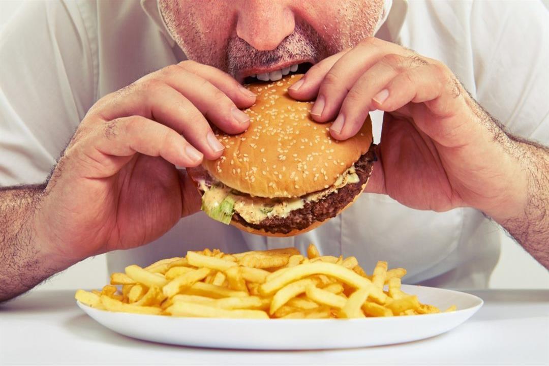رغم الشعور بالشبع.. الوجبات السريعة تزيد رغبتك في تناول الطعام