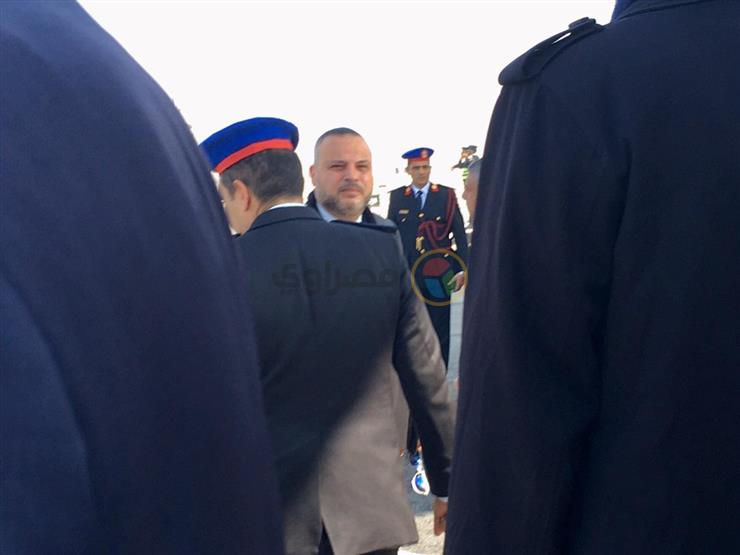 أوائل المعزين.. وصول تامر عبد المنعم جنازة مبارك (صورة)