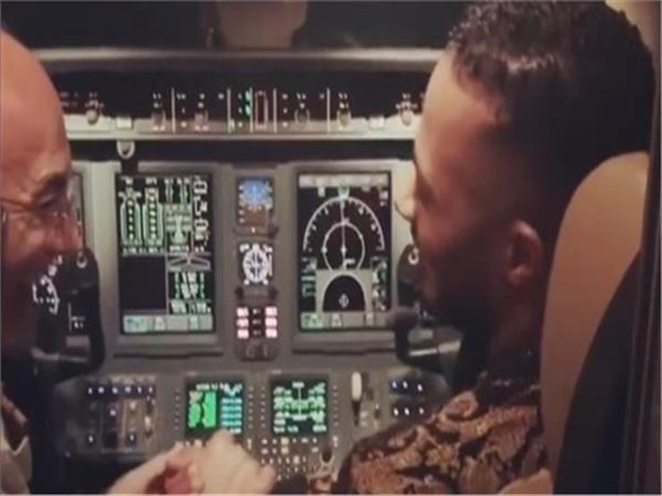 صورة محمد رمضان مع الطيار