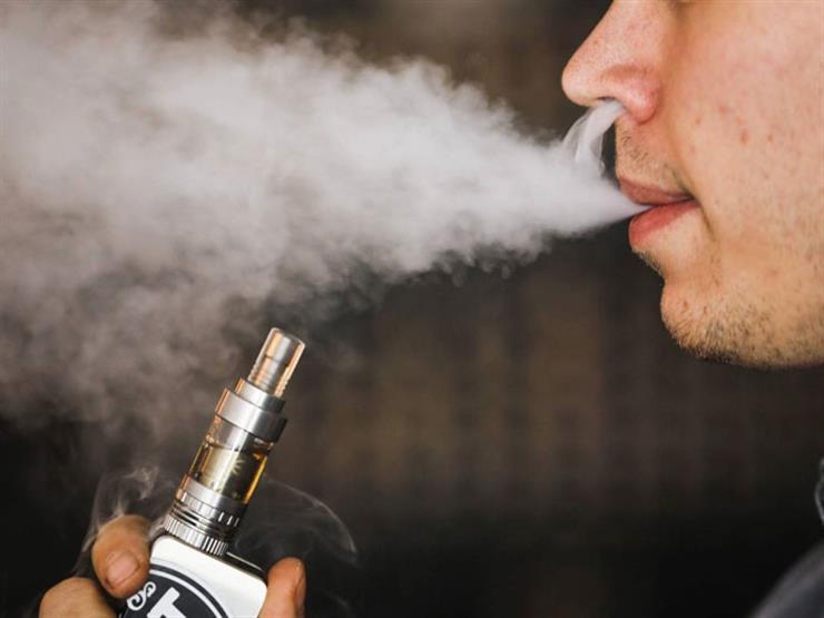 لماذا يرى الأطباء الكثير من المخاطر وراء تدخين السجائر الالكترونية؟