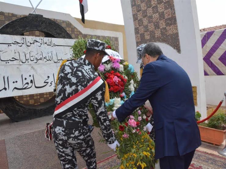 بمناسبة العيد القومي.. محافظ المنيا يضع إكليل الزهور على النصب التذكاري