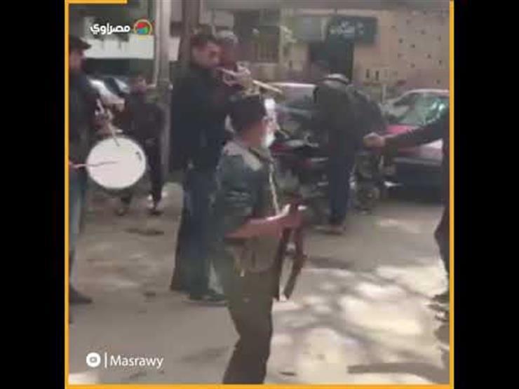 خالفوا التحذيرات من كورونا.. فرقة موسيقية تعزف في سوق شعبي
