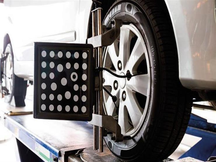 ما أسباب فقدان السيارة توازنها عند رفع السائق يديه عن المقود؟