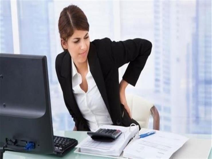 بينها المقاعد دون ظهر.. تجنب هذه الأشياء لحماية ظهرك من الألم