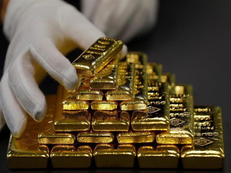 الذهب يرتفع عالميا 1% بفضل تراجع الدولار وإشارات المركزي الأمريكي