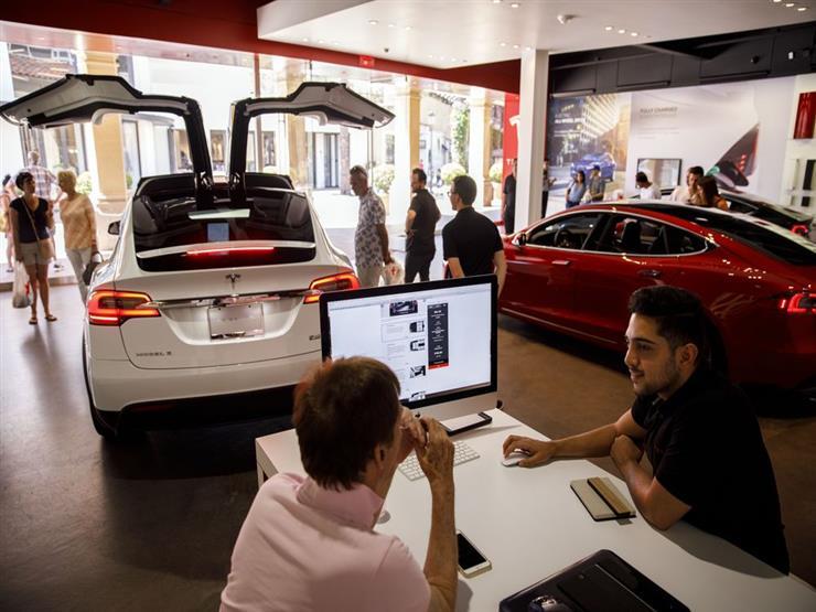 تيسلا للسيارات الكهربائية تخفض أجور عمالها داخل وخارج أمريكا