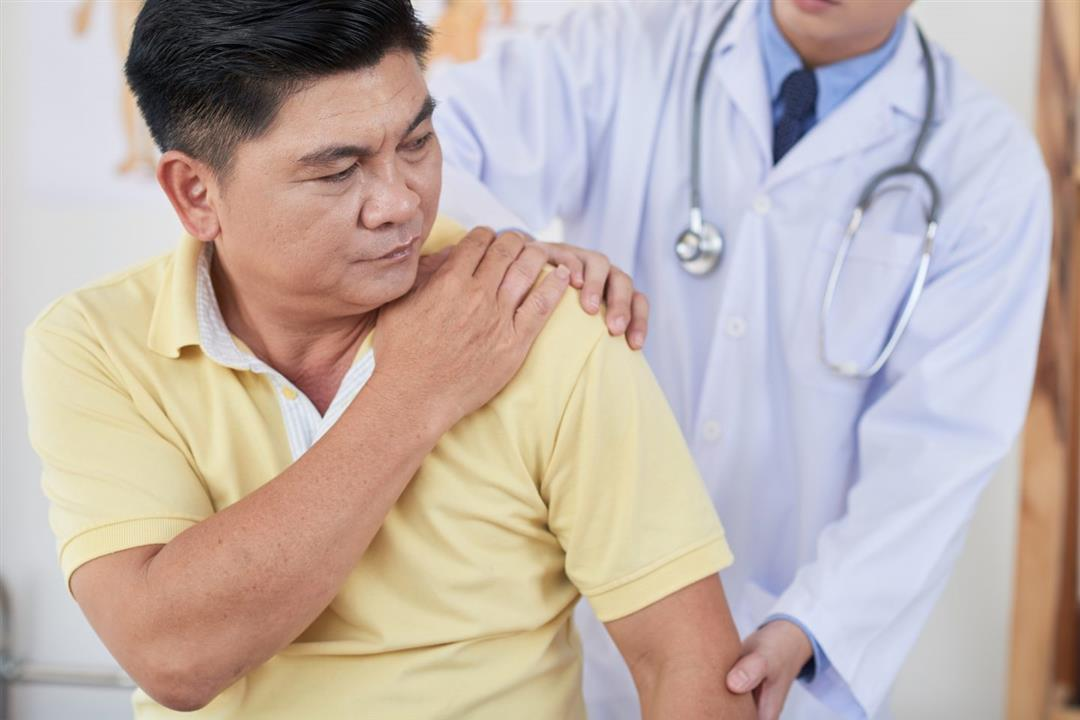 آلام العضلات عرض جديد لكورونا.. لماذا يتحول لمرض مزمن؟
