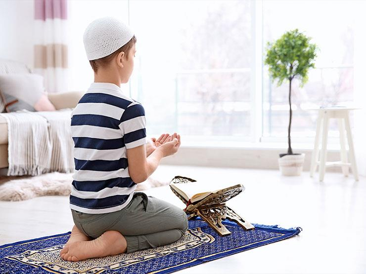 هل يجوز لصبي 11 عامًا أن يصلي بأمه وجدته؟.. وأمين الفتوى يجيب