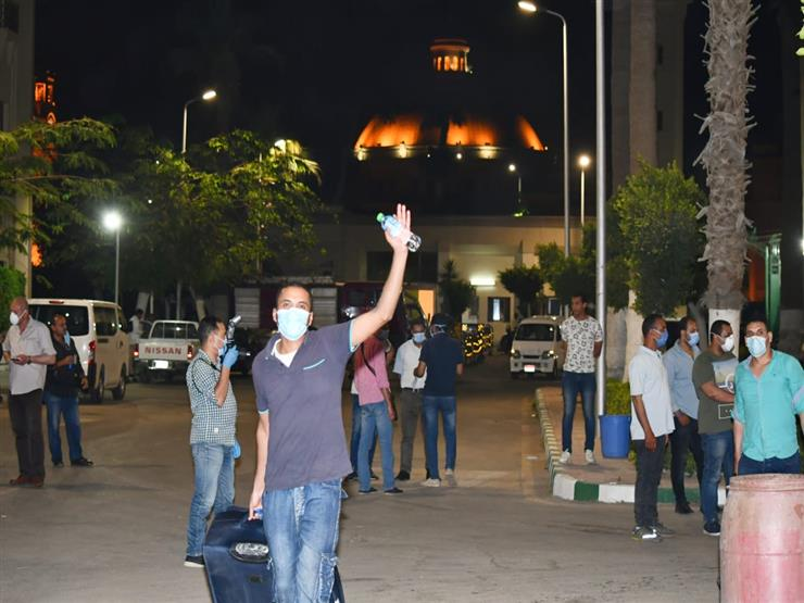 """وصول الأفواج الـ14 و15 و16 من المصريين العائدين إلى جامعة القاهرة.. ويهتفون """"تحيا مصر"""""""