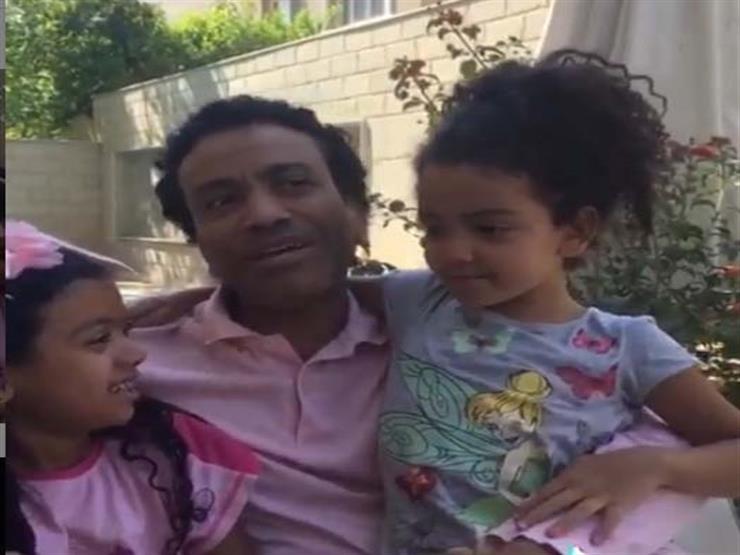 بطريقة ساخرة.. سامح حسين يروي قصصًا لابنتيه في العزل المنزلي