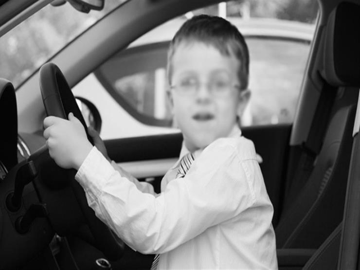 بالفيديو.. طفل أمريكي عمره 5 سنوات يقود سيارة على طريق سريع والشرطة تستوقفه