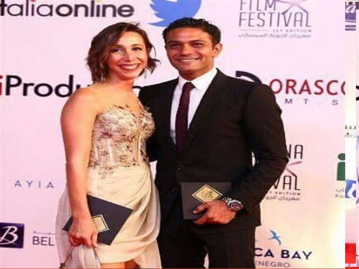 آسر ياسين يتغزل في زوجته مصراوى