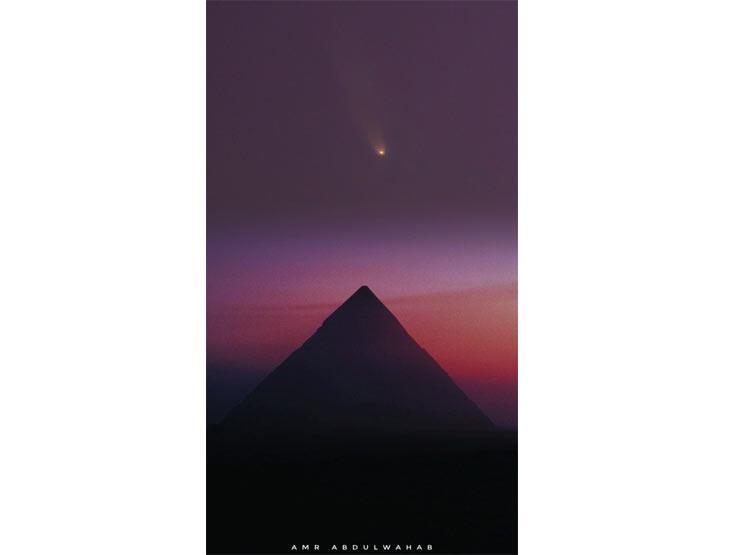 """""""مُذنّب فوق هضبة الهرم"""".. كواليس صورة جمعت التاريخ والفلك ونشرتها مجلة عالمية"""