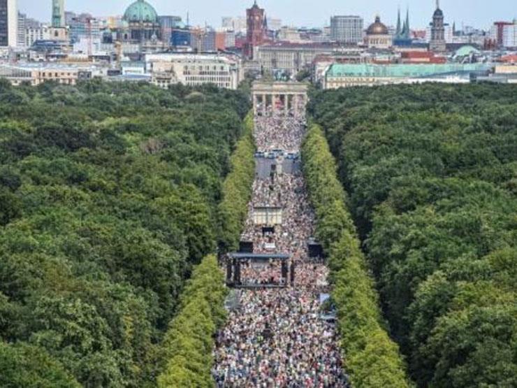 الآلاف يتظاهرون ضد تدابير مكافحة كورونا في برلين