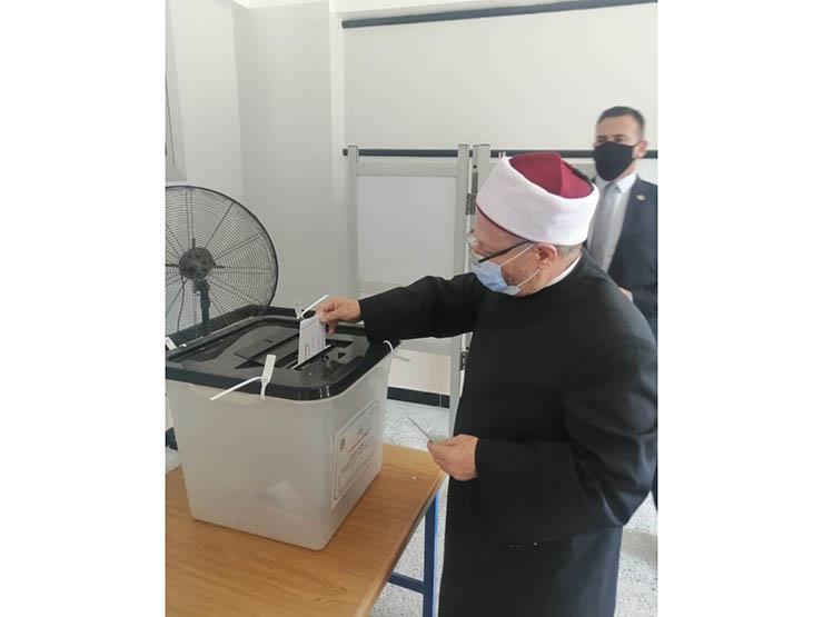 المفتي يدلي بصوته في انتخابات الشيوخ: أدعو الجميع للمشاركة الفعالة