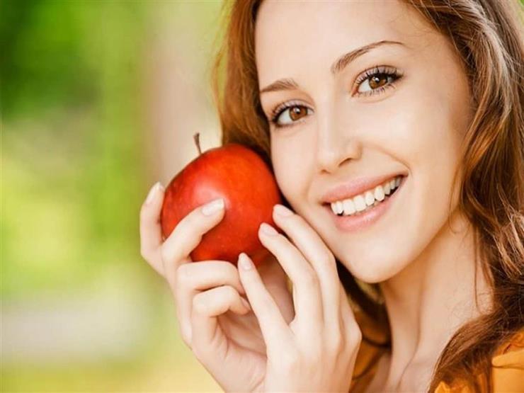 بديلة للمعجون.. 5 أطعمة ومشروبات تساهم في تنظيف الأسنان