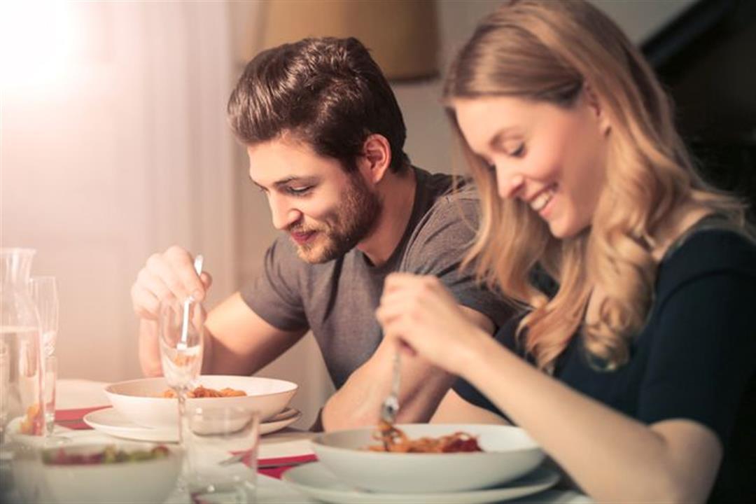 تناول الطعام قبل الجماع يُضعف الأداء الجنسي.. إليك التوقيت المناسب