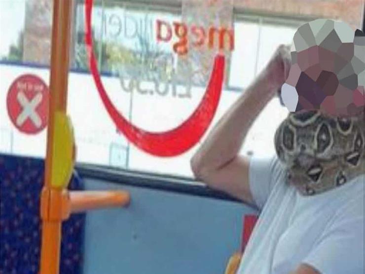 """مشهد صادم في حافلة.. رجل يستبدل الكمامة بـ""""أفعى"""" (فيديو)"""