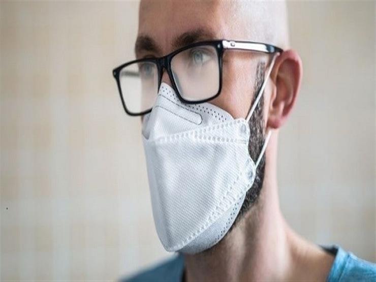 أقل عرضة للإصابة 5 مرات.. دراسة تكشف تأثير ارتداء النظارات على كورونا