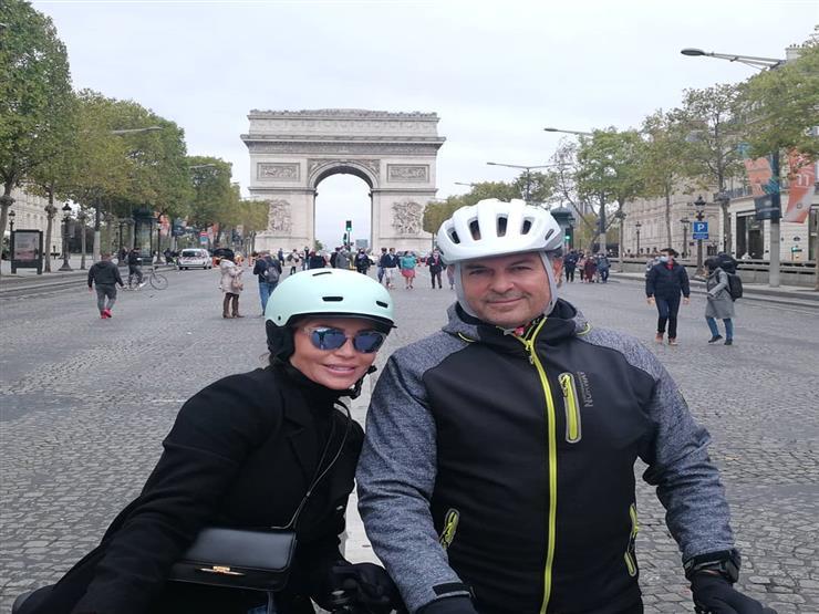 """راغب علامة وزوجته يتجولان بـ """"الدراجة"""" في باريس"""