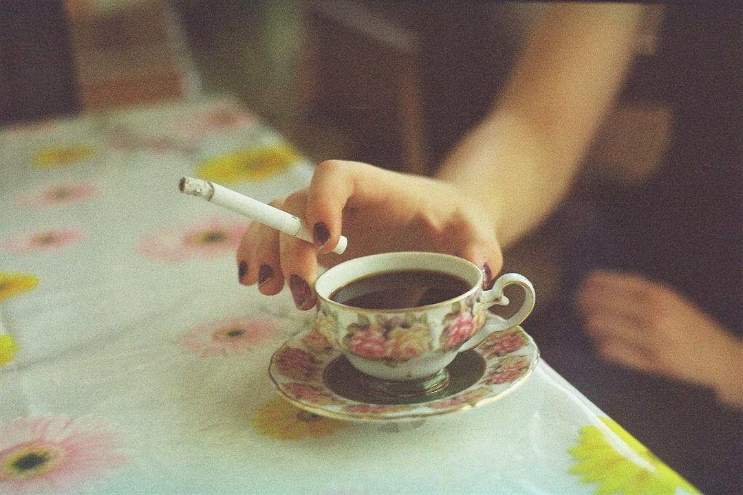 للمدخنين.. إليك ما يحدث بجسمك عند شرب الشاي مع السجائر