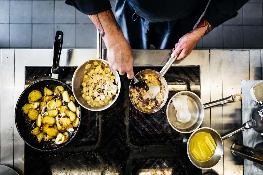 منها غسل الدجاج.. 5 عادات خاطئة تدمر سلامة الغذاء