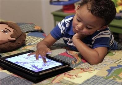دراسة تربط بين الشاشات الإلكترونية وتراجع مهارات النطق لدى الأطفال