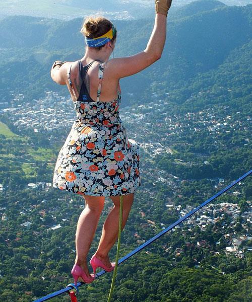 امرأة تغامر وتسير بالكعب العالي