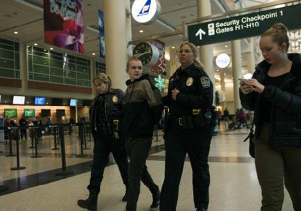 الشرطة لحظة اعتقال أحد المتظاهرين في المطار