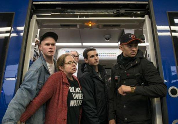 مجموعة من المتظاهرين في القطار المؤدي لمطار سانت بول