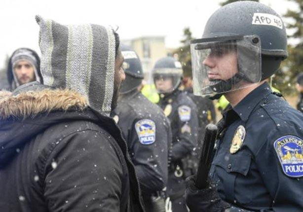 أحد أعضاء مجموعة حياة السود تهمنا في جدال مع أحد رجال الشرطة خلال المظاهرة.