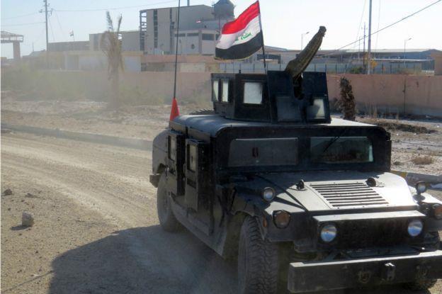 سيارة تابعة لقوات مكافحة الإرهاب تتجول في حي الضباط القريب من منطقة الحوز.1