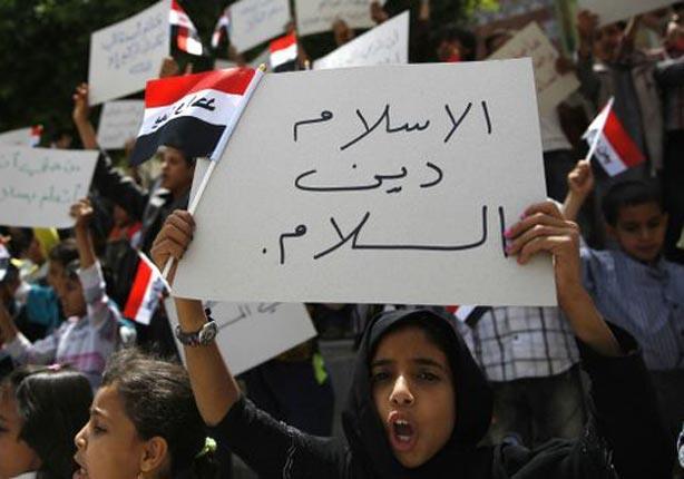 أطفال يمنيون يرددون هتافات ضد حملة الغارات الجوية التي تقودها السعودية داخل اليمن.