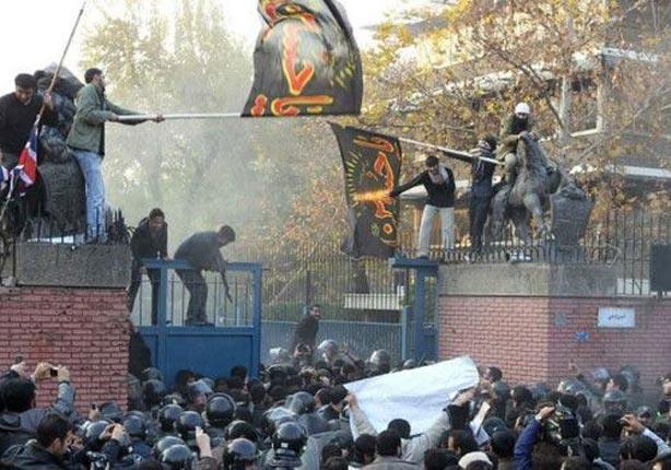 اقتحم محتجون غاضبون ضد العقوبات الدولية على إيران مبنى السفارة البريطانية عام 2011