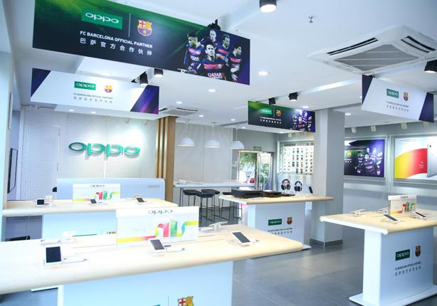 OPPO-Flagship-store-in-Beijing-decorated-with-OPPO&FCB--partnership-elements