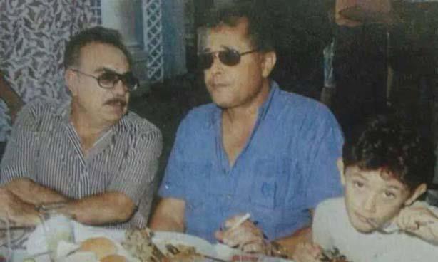 الراحل محمود عبد العزيز مع العائلة (1)