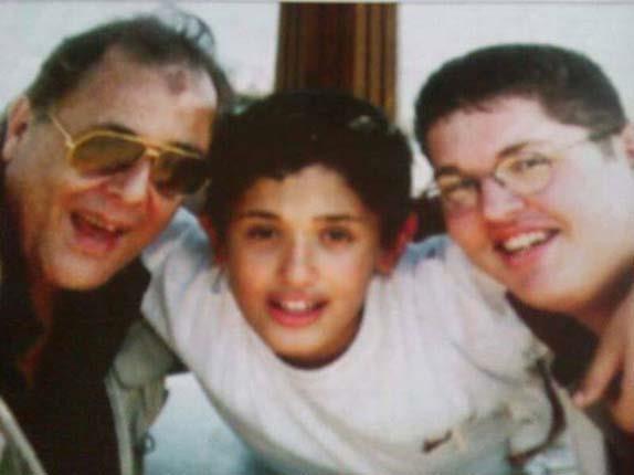 الراحل محمود عبد العزيز مع العائلة (3)