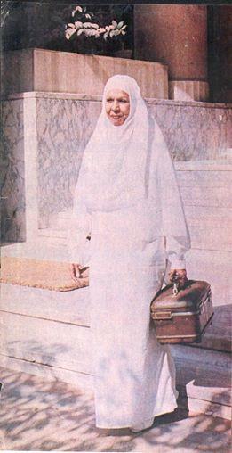 سامية جمال في طريقها لآداء العمرة