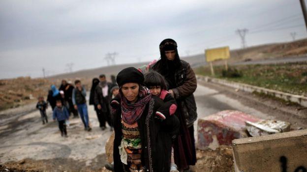 مدنيون يتجهون إلى مراكز إيواء النازحين