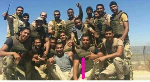 الشهيد مجند أحمد ابو طالب وسط زملائه بالكتيبه