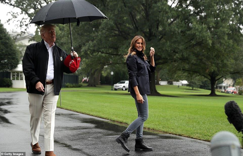 """""""ترامب"""" يترك زوجته تحت الأمطار"""