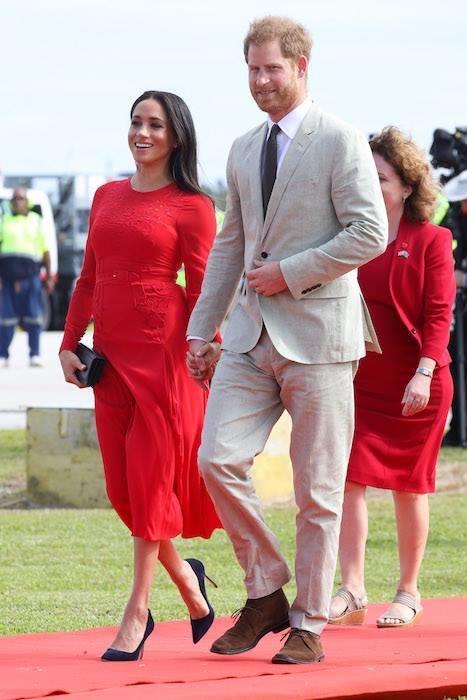 ميجان برفقة زوجها أثناء جولتهم