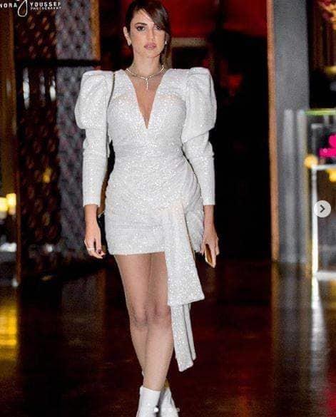درة تطل بفستان أبيض قصير